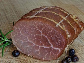 upieczone mięso w garnku rzymskim
